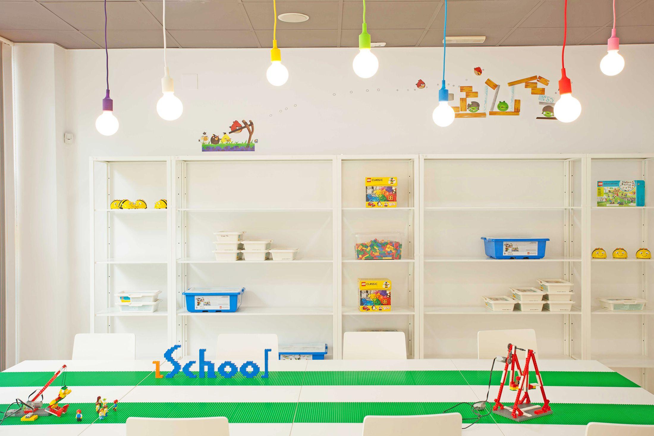 Diseño integral interiorismo reforma escuela robótica programación para niños | Perspectiva Moma