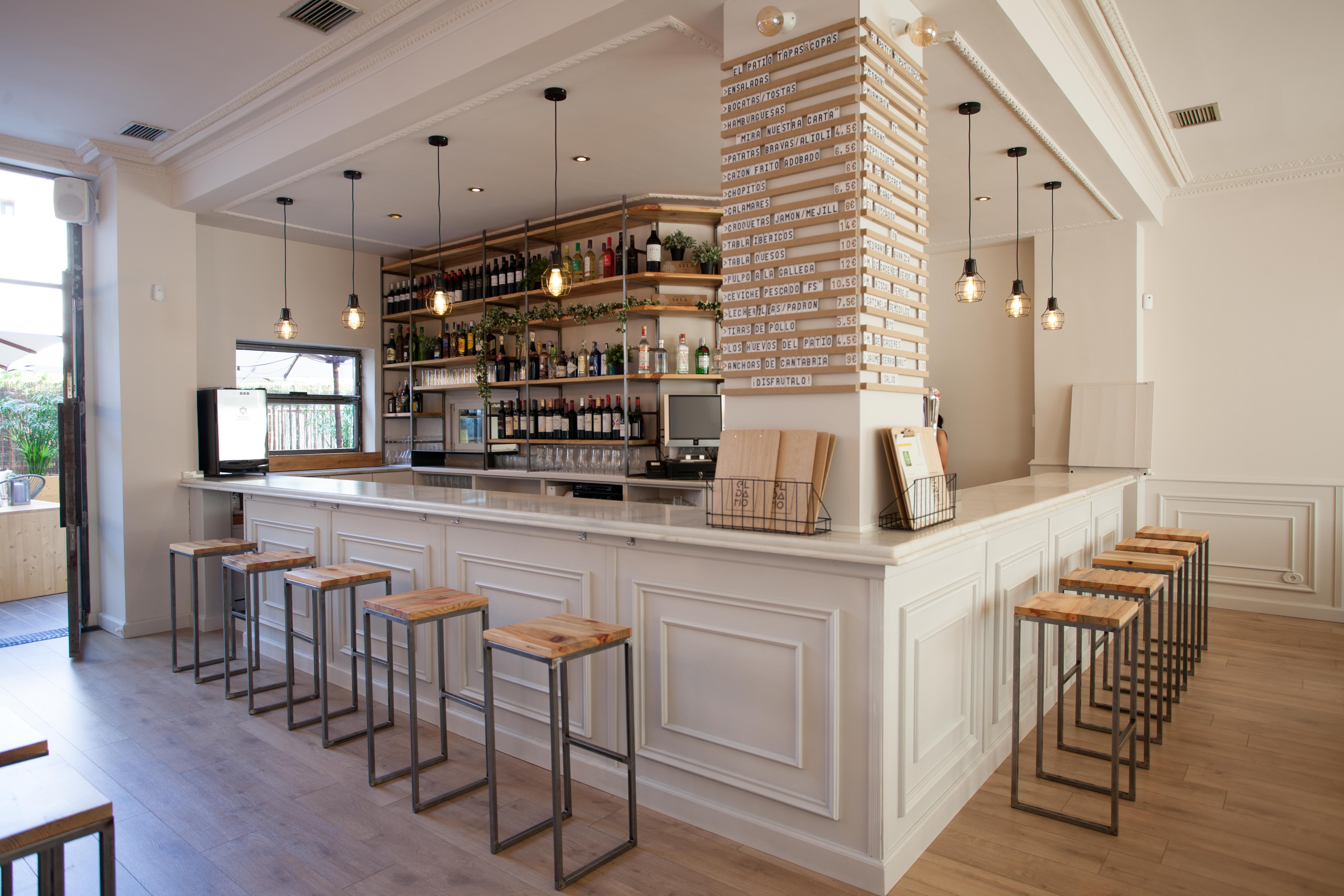 proyectos Interiorismo ampliación bar restaurante Ampliamos concepto actual bar copas abriendo envolvente local patio trasero diferencia singularidad punto fuerte proyecto | Perspectiva Moma