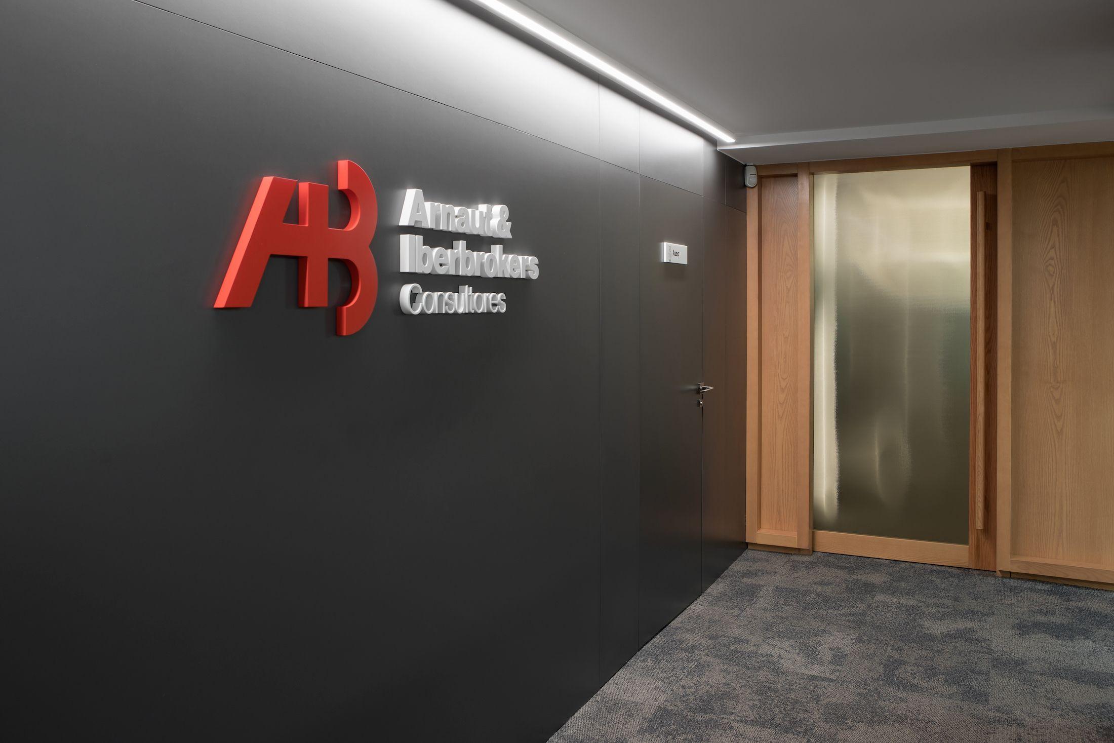 Diseño integral interiorismo reforma oficinas centrales consultora Arnaut & Iberbrokers   Perspectiva Moma