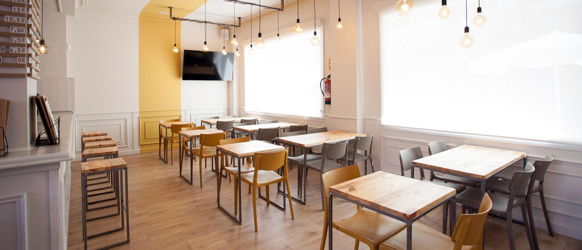 Interiorismo ampliación bar restaurante Ampliamos concepto actual bar copas abriendo envolvente local patio trasero diferencia singularidad punto fuerte proyecto | Perspectiva Moma