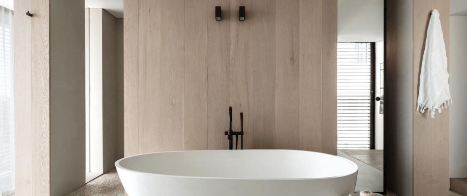 Bañera exenta sobrepuesta en cuarto de baño
