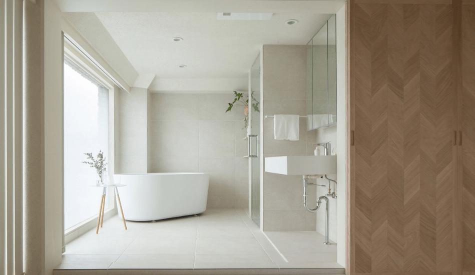 Baño suite con bañera exenta sobrepuesta